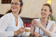 zwei freundinnen haben spaß im café