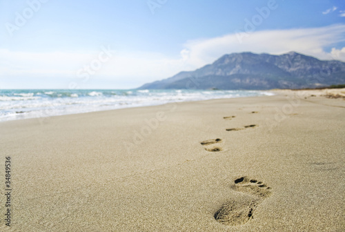 Foto-Leinwand - footprints in the sand beach