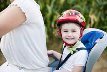 Bambina Su Bicicletta Con Casco