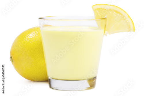 Foto op Plexiglas Milkshake milchshake mit zitrone auf weissem hintergrund