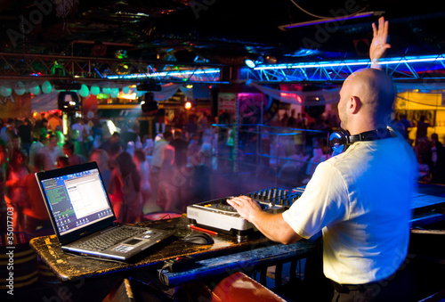 Foto  Dj mixes the track in the nightclub at a party