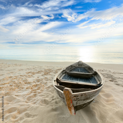 Fotografia  Boat at sunrise
