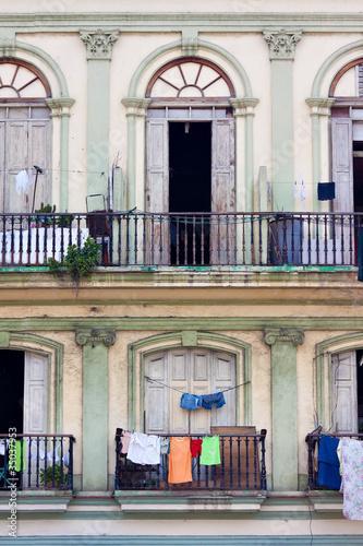 balkony-w-starym-klasycznym-budynku-w-hawanie