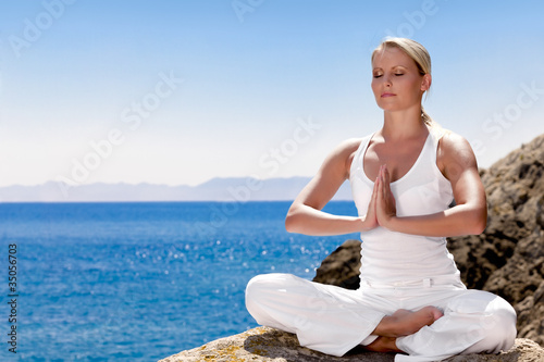 Poster School de yoga Beautiful girl meditating in yoga pose