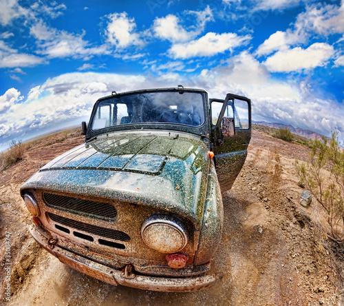 brudny-dzip-w-pustyni