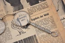 Alte Zeitung Mit Vergrößerungsglas