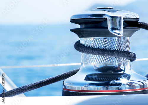 Foto Sailboat Winch and Rope Yacht detail. Yachting.