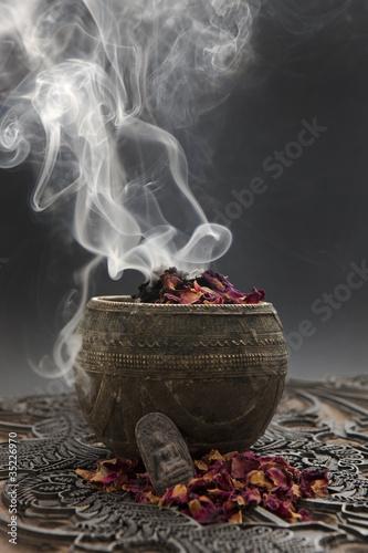 Aromatherapie mit Rosenblüten und Buddhafigur Fototapete