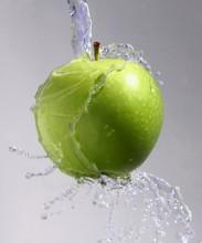 Grüner Apfel Unter Wasserstrahl