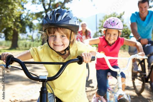 Valokuvatapetti Young family on country bike ride
