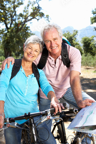 Valokuva Senior couple with map on country bike ride