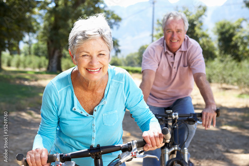 Valokuva Senior couple on country bike ride