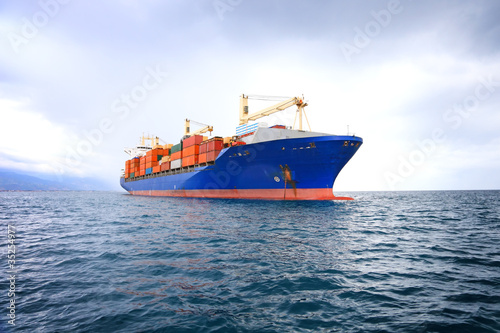 Fotografia  commercial container ship