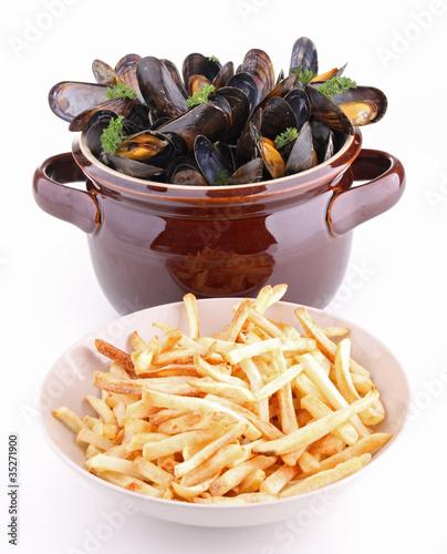 Fotografie, Tablou  moules marinières et frites sur fond blanc