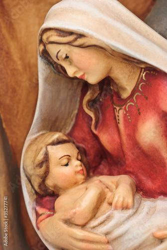 Obraz Figura Józefa i Marii z Jezusem w ramionach - fototapety do salonu