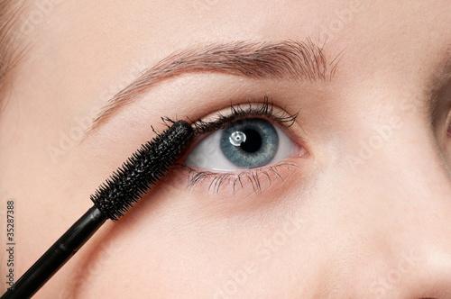 Foto op Plexiglas Beauty Beautiful woman applying mascara