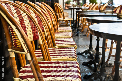 Photo  Street view of a Cafe terrace with empty tables and chairs,paris