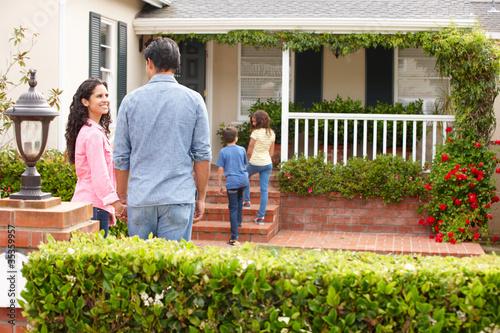 Valokuva  Hispanic family outside home for rent