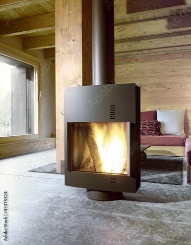 Stufa moderna nel soggiorno di casa in montagna – kaufen Sie dieses ...