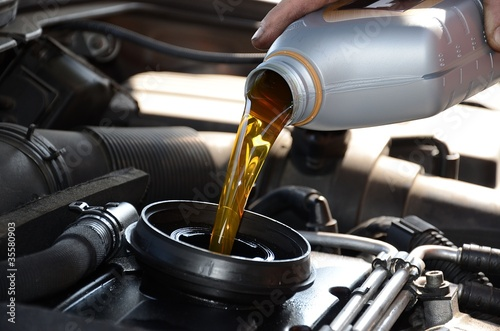 Fotografía  Aggiunta olio motore
