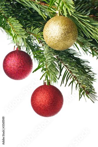Dunkelrote Christbaumkugeln.Rote Christbaumkugeln An Tannenzweig Isoliert Auf Weiss Buy