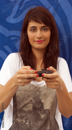Fotografia  ragazza che gioca con la consolle