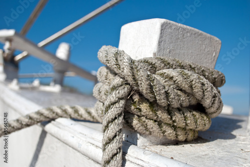 Staande foto Zeilen Knoten am Schiff