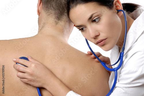 Foto  femme médecin auscultation