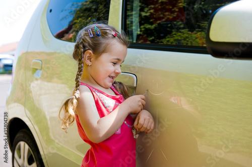 Fotografía  Kind  verkratzt ein Auto
