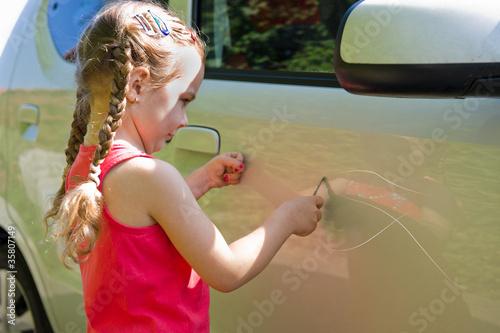 Fotografía  Tipo verkratzt ein Auto