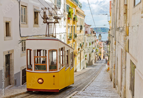 Photo Stands Vintage cars Lisbon's Gloria funicular connects downtown with Bairro Alto.