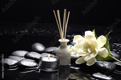 Foto auf Gartenposter Spa candle with gardenia flower and zen stones