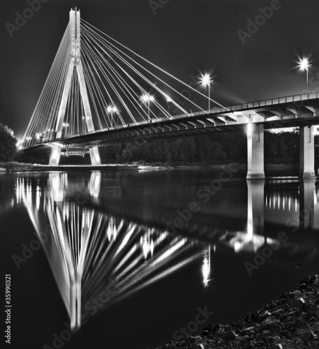 Plakaty czarno białe nocny-widok-nowego-bridgera-swietokrzyskiego-w-warszawie