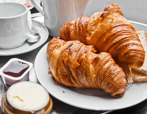 Photo Stands Coffee beans Breakfast with coffee and croissants