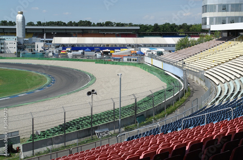 In de dag Stadion racetrack tribune at summer time