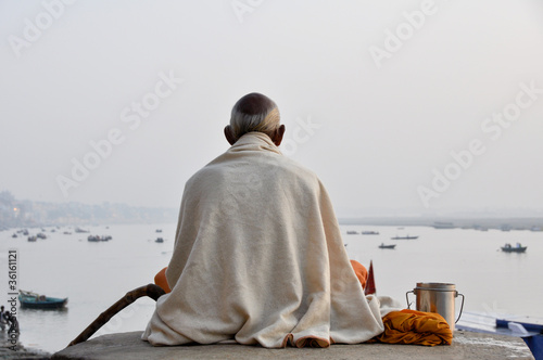 Valokuva  Sadhu praying at the ghats in Varanasi