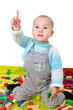 Kind beim Spieklen mit Bauklötzen
