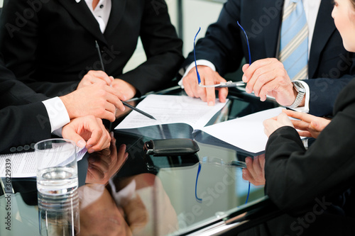 Business - Besprechung mit Arbeit am Vertrag - Buy this stock photo ...