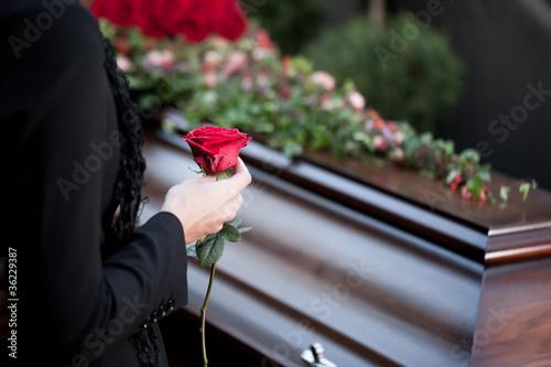 Photo Frau auf Beerdigung mit Sarg