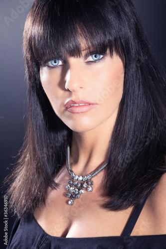 Blaue augen dunkelbraune haare
