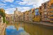 Vista típica del casco antiguo de Girona, casas en el río