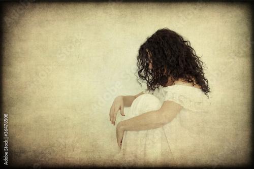Donna in abito bianco pensierosa, solitaria, texture retro Canvas Print