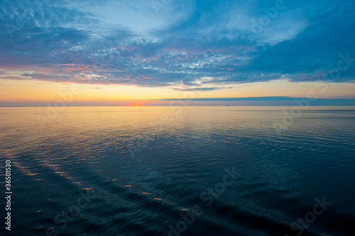 Foto op Plexiglas Blauw Sunset at sea