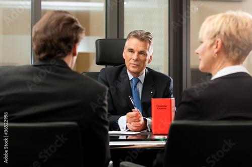 Valokuva  Anwalt oder Notar mit Mandanten in seinem Büro