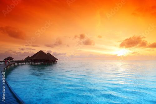 Poster Mer coucher du soleil maldivian houses on sunrise