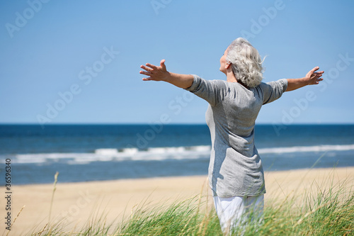 Fotografía  grauhaarige Frau am Meer