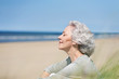 canvas print picture - attraktive, grauhaarige Frau genießt das Meer