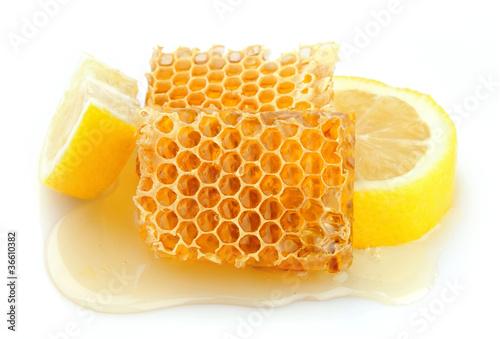 Photo  Honeycomb close up with lemon