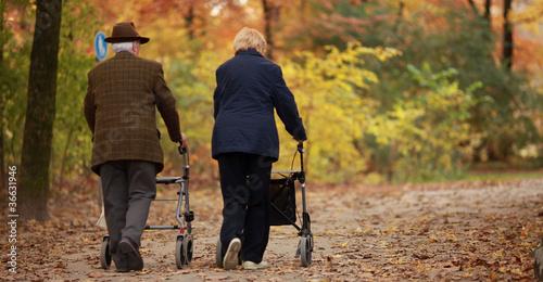 Photo  Rentnerpaar im Herbst