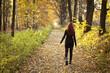 Młoda, piękna kobieta w lesie. Jesień w Polsce.
